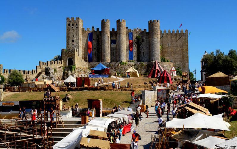 O Mercado Medieval de Óbidos acontece no entorno do Castelo da cidade. Foto: Divulgação.