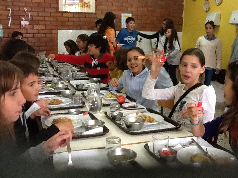Braga uma lagarta viva numa refei o de uma cantina for Propuesta para una cantina escolar