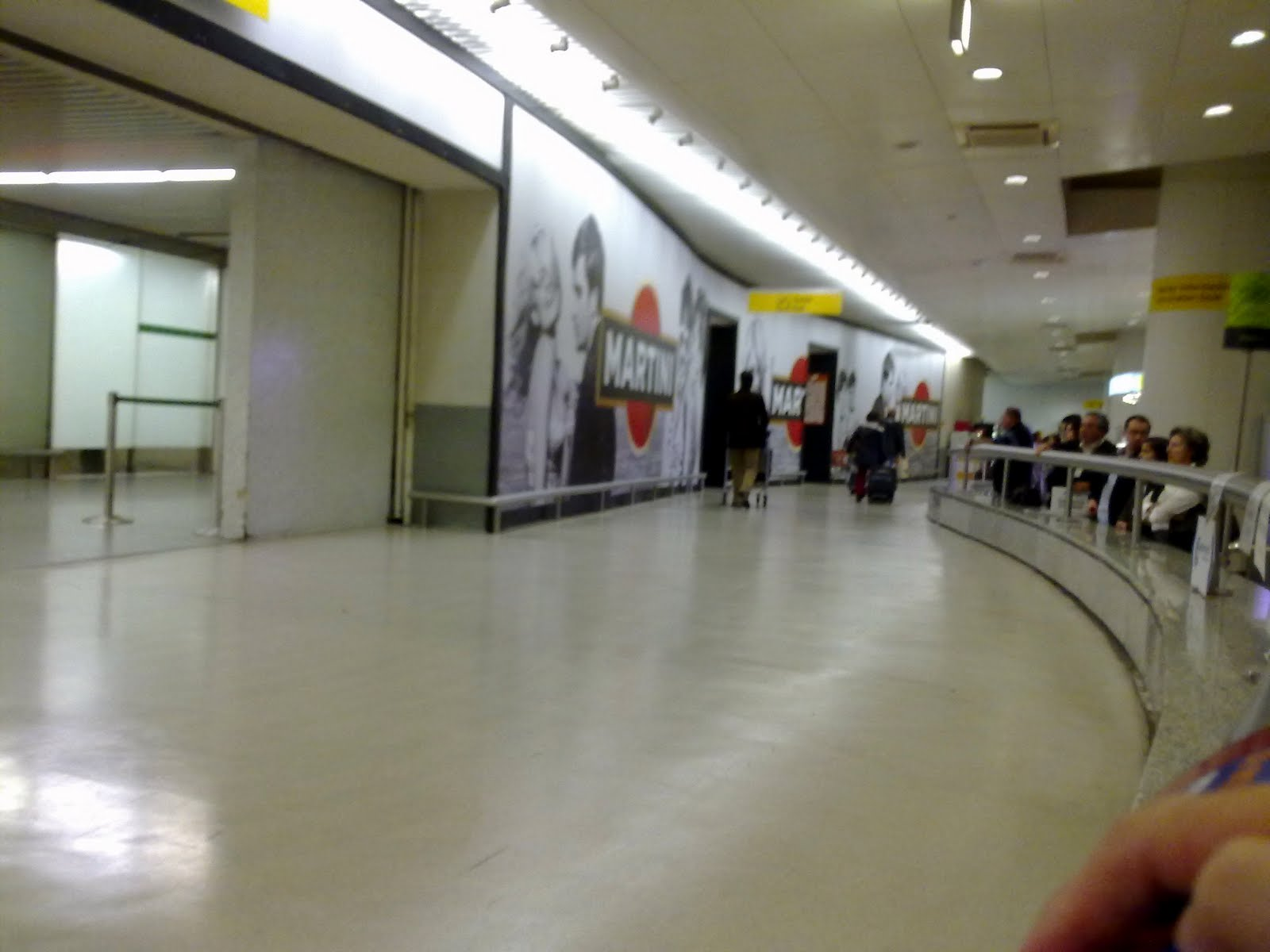 Aeroporto Luanda Chegadas : Mala abandonada quot fechou zona de chegadas do aeroporto